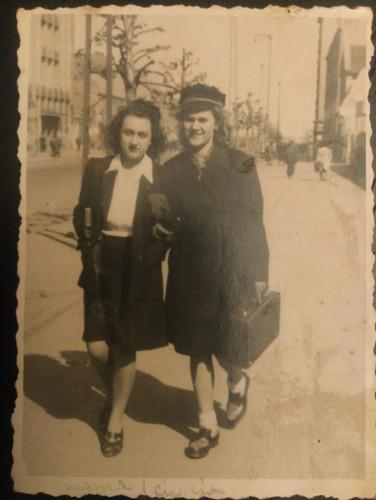 """Na archiwalnym zdjęciu rodzinnym Izabeli Morskiej jej matka i ciotka w latach młodości. Historia obu została częściowo opisana w """"Znikaniu"""", wątek ciotki powróci w nowej powieści pisarki."""