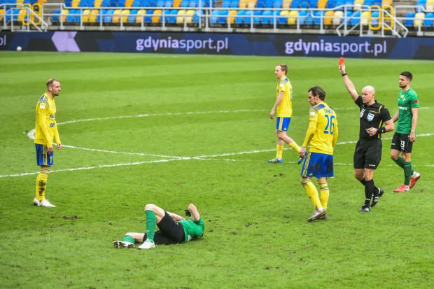Arkadiusz Kasperkiewicz (pierwszy z lewej) w 50. minucie otrzymał czerwoną kartkę od międzynarodowego arbitra - Szymona Marciniaka.