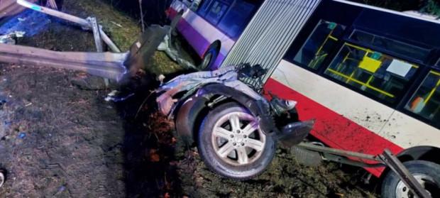 Impet uderzenia był tak duży, że autobus wpadł do rowu, a auto osobowe zostało zmiażdżone.