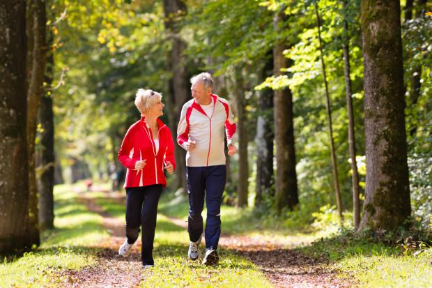 - Aktywność fizyczna jest niezbędna dla naszego organizmu - reguluje ciśnienie krwi, wspomaga przemianę materii, pomaga utrzymać odpowiednią wagę oraz wzmacnia układ immunologiczny- podkreśla dr Bartłomiej Gałecki, specjalista ortopedii i traumatologii w Carolina Medical Center w Gdańsku.
