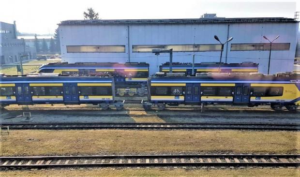 Rozczłonkowany pociąg Impuls czeka na wymianę kół w fabryce firmy Newag.