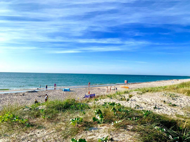 Na osoby, które decydują się na pokonanie kilku kilometrów rowerem, nawet w szczycie sezonu, czeka... niemal pusta plaża!
