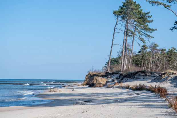 Dzikie plaże i naturalne wydmy klifowe w Jarosławcu.