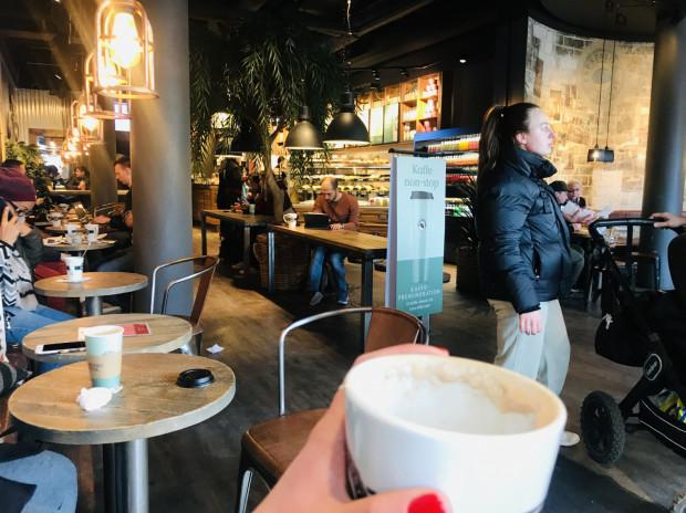 W Szwecji lokale gastronomiczne pozostają otwarte i mało kto chodzi po mieście w maseczce.