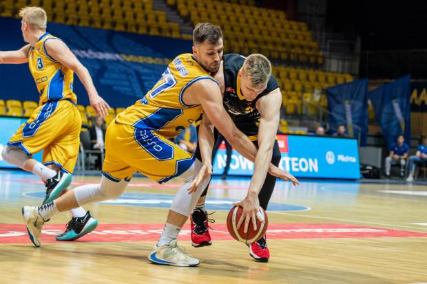 Koszykarzy Trefla Sopot i Asseco Arki Gdynia czeka intensywna końcówka sezonu zasadniczego. Żółto-niebiescy na początek zmierzą się z Anwilem Włocławek, a pomóc im być może będzie mógł Igor Wadowski (z lewej). Natomiast żółto-czarni dzień później zagrają w Toruniu z Polskim Cukrem, skąd do Sopotu przybył Karol Gruszecki (z prawej).
