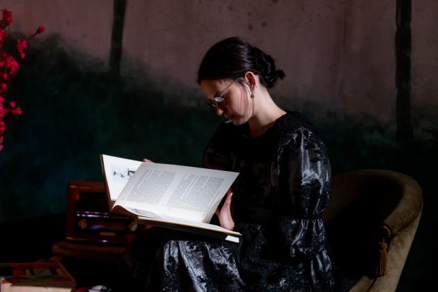 """Aktorzy uwielbiają czytanie. Czytają dużo i chętnie, nie tylko w pracy. Na zdjęciu Agata Woźnicka podczas próby medialnej spektaklu """"Żabusia""""."""