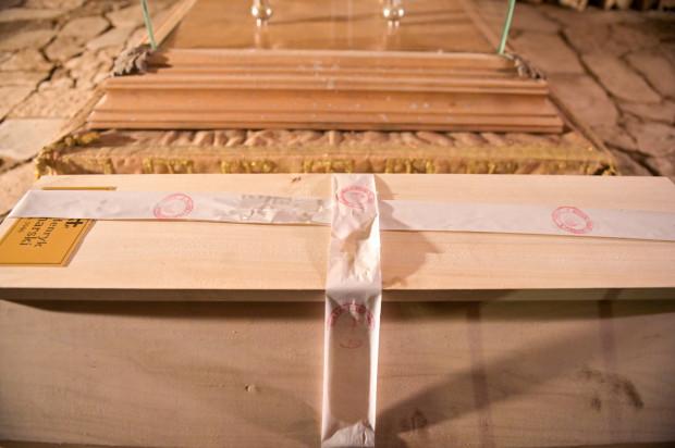 Ekshumowane szczątki majora Sucharskiego zostały złożone w nowej trumnie, która do czasu ponownego pochówku 1 września 2022 r. będzie znajdować się w - widocznych na zdjęciach - podziemiach bazyliki św. Brygidy w Gdańsku.