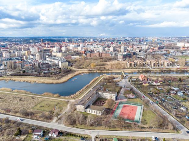 W ramach opracowania Gdańskie Przestrzenie Lokalne (GPL) przed szkołą przewidziano utworzenie niewielkiego placu, zaś nad Opływem Motławy utrzymanie funkcji rekreacyjnej.
