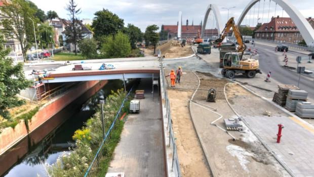 [zdjęcie archiwalne - sierpień 2020 r.] Most przy ul. Zaroślak zostanie otwarty w okolicy świąt wielkanocnych.