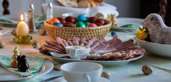 Żurek, jajka, biała kiełbasa, pasztet, mazurek czy babka to jedne z tych potraw, bez których wielu z nas nie wyobraża sobie wielkanocnego stołu. W tym roku możemy je zamówić w formie cateringu z wielu restauracji. Dzięki temu oszczędzimy sobie pracy, a przy okazji wspomożemy gastronomię.