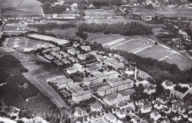 Zdjęcie lotnicze z września 1929 r. ukazujące okolice obecnej ul. M. Smoluchowskiego. Widać kompleks Szpitala Miejskiego i Heinrich-Ehlers-Platz, a także nowy Jahnkampfbahn. Zbiory Instytutu Herdera w Marburgu.
