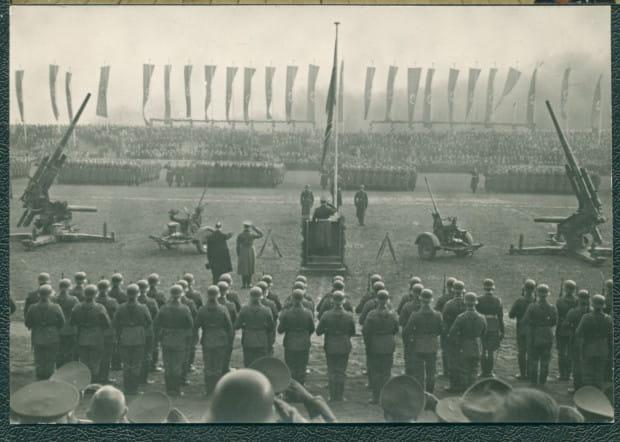 Najpewniej uroczystość zaprzysiężenia nowych oddziałów obrony przeciwlotniczej na stadionie im. Alberta Forstera, być może 1943-1945.
