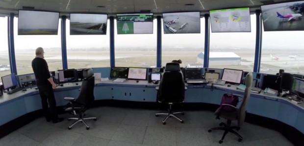Podczas pandemii wprowadzono wiele samodzielnych dyżurów kontrolerów ruchu lotniczego. Wcześniej na wieżach pracowały kilkuosobowe zespoły kontrolerów. Zdjęcie ilustracyjne z 2017 r.