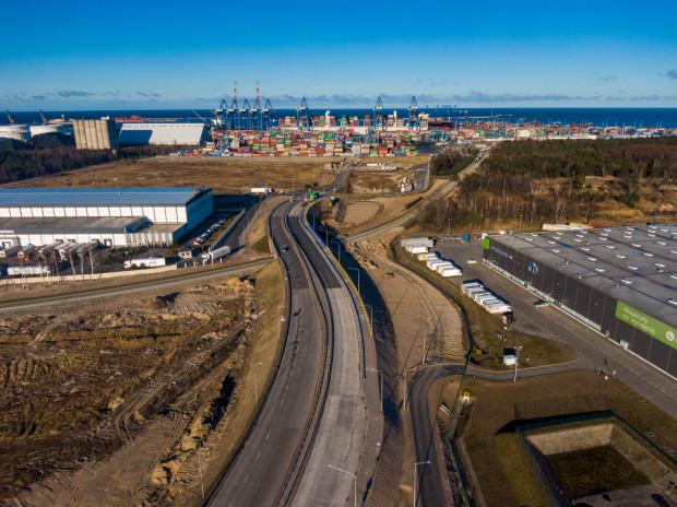 W Porcie Gdańsk zakończyła się kluczowa dla działalności firmy rozbudowa układu drogowo-kolejowego w Porcie Zewnętrznym. Rozpoczęta w sierpniu 2018 r. inwestycja kosztowała 166 mln zł.