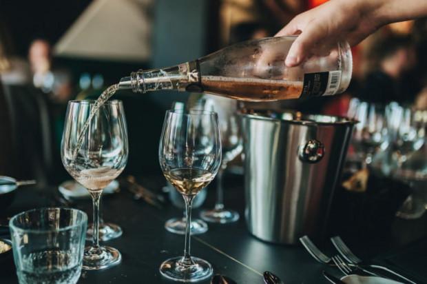 Czy lokalom, które mimo ograniczeń postanowiły się otworzyć, zostaną cofnięte pozwolenia na sprzedaż alkoholu? Trwają w tej sprawie postępowania.
