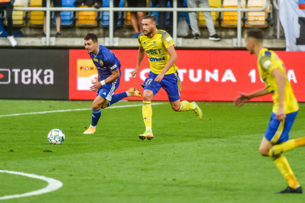 W rundzie jesiennej Arka Gdynia pokonała u siebie Miedź Legnica aż 4:0, a dwa gole strzelił Mateusz Żebrowski (na zdjęciu). 20 marca żółto-niebiescy nie mogą przegrać z tym rywalem, aby nie stracić na jego rzecz 6. miejsca w tabeli.