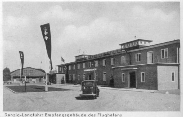 Niemieckie Stowarzyszenie Sportów Lotniczych było organizacją utworzoną przez nazistów w marcu 1933 r. w celu szkolenia pilotów wojskowych. W ten sposób udało się Niemcom obejść zakaz tworzenia lotnictwa wojskowego, nałożony na nich postanowieniami Traktatu Wersalskiego. Na zdjęciu terminal lotniska we Wrzeszczu. Zdjęcie zostało wykonane w latach 30. XX wieku.