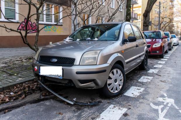 Od sierpnia 2020 r. właściciel auta otrzymał 131 zawiadomień do zapłaty obejmujących łączną kwotę 26 200 zł.