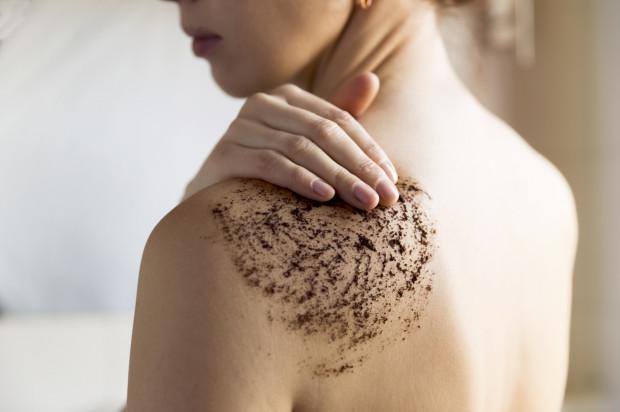 Peeling ciała powinien być naszą rutyną pielęgnacyjną. Peeling nie tylko wygładza i ujędrnia ciało, ale również zapewnia mu relaksujący masaż.