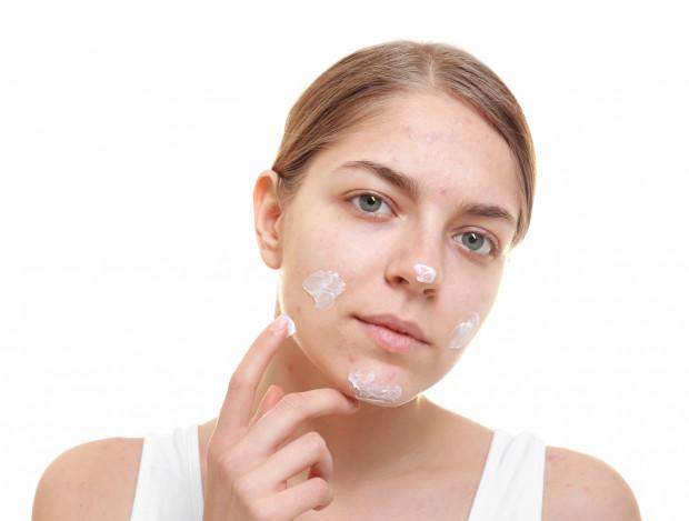 Nieodpowiednia pielęgnacja skóry trądzikowej i samodzielnie wyciskanie niedoskonałości skutkują powstawaniem blizn i przebarwień potrądzikowych. Bardzo trudno się ich pozbyć!