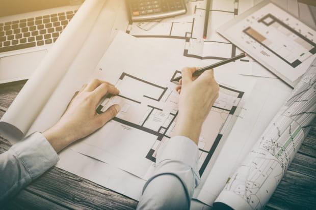 Chociaż indywidualny projekt domu wydaje się większym kosztem niż zakup gotowego projektu, to może się okazać, że dzięki niemu uda nam się wprowadzić oszczędności.