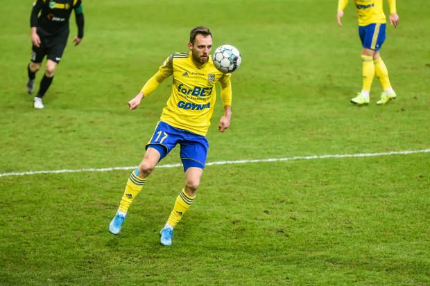 Fabian Hiszpański okazał się kluczowym piłkarzem do zwycięstwa Arki Gdynia nad Miedzią Legnica 2:1. To po faulach na nim były rzut wolny i rzut karny, z których żółto-niebiescy strzelali gole.