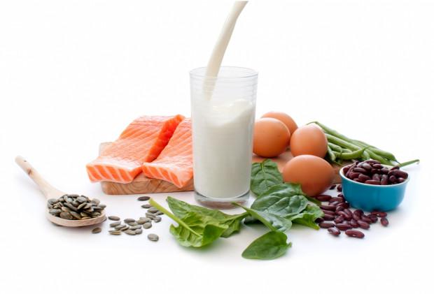 Pamiętaj, by w codziennym jadłospisie znalazły się ryby, mięso, jajka, nasiona roślin strączkowych czy produkty mleczne.
