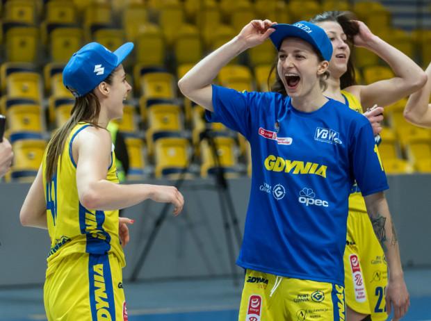 Aldona Morawiec (z prawej) rzuciła sześć celnych trójek, a VBW Arka zameldowała się w półfinale Energa Basket Ligi.