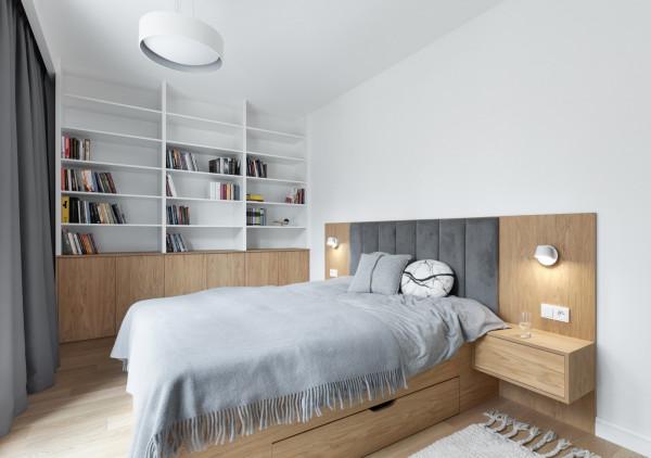 Apartament na Redłowskiej Kępie został dopasowany do otoczenia. Nie brakuje tu drewna, które uzupełnia stonowana, monochromatyczna kolorystyka.