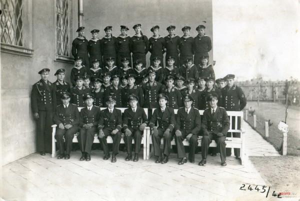 W budynku Poczty Morskiej w Gdańsku Niemcy utworzyli w czasie II wojny światowej szkołę dla załóg U-Bootów (pol. okrętów podwodnych), zbudowanych w gdańskich stoczniach. Na zdjęciu załoga jednego z nich pozująca przy murach budynku. Zdjęcie pochodzi z 1942 r.