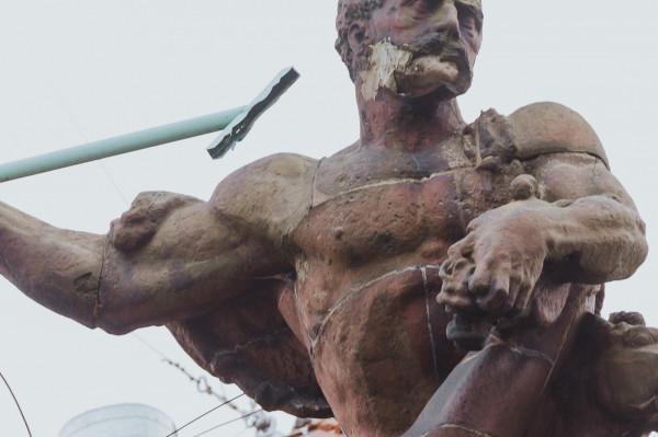 Rzeźba jest pozbawiona niektórych elementów. Brakuje m.in. brody Neptuna, wszystkich zębów jego atrybutu czy kopyta hippokampa.