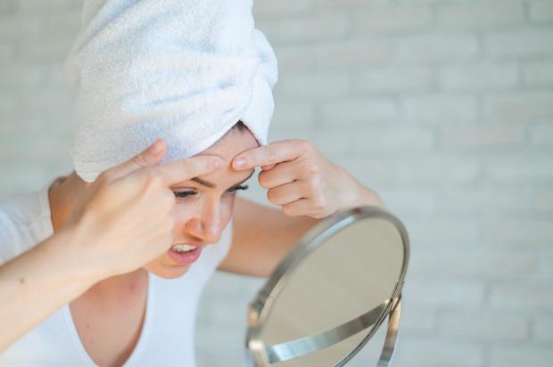 Samodzielne i nieumiejętne wyciskanie zmian trądzikowych to najszybsza droga do nabawienia się blizn oraz przebarwień.