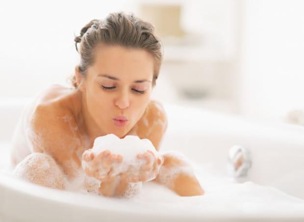 Gorące kąpiele odprężają i zwalczają napięcie mięśni, ale bardzo źle wpływają na naszą skórę - nadmiernie ją wysuszają i powodują podrażnienia.