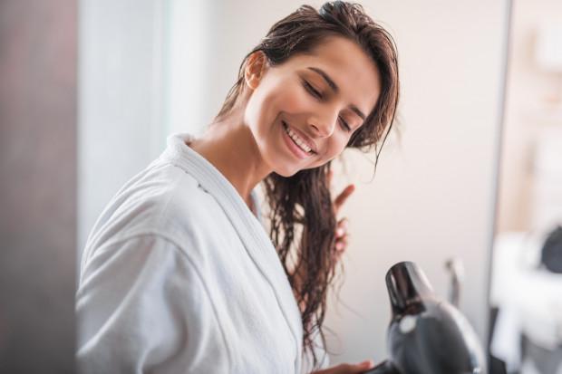 Gorące powietrze suszarki jest dla włosów katorgą - stają się suche, nadwrażliwe, wolniej rosną i tracą blask.