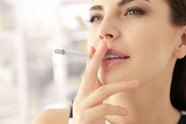 Palenie papierosów to przyspieszenie procesu starzenia się skóry. Cera staje się ziemista, poszarzała, szybciej powstają na niej zmarszczki.