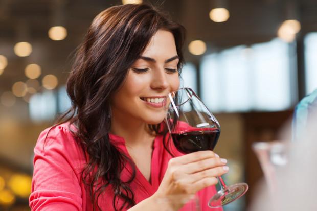 Alkohol odwadnia organizm. Jego regularne spożywanie przyczynia się do suchości skóry, utraty jej jędrności, tycia, a także kłopotów z cellulitem.