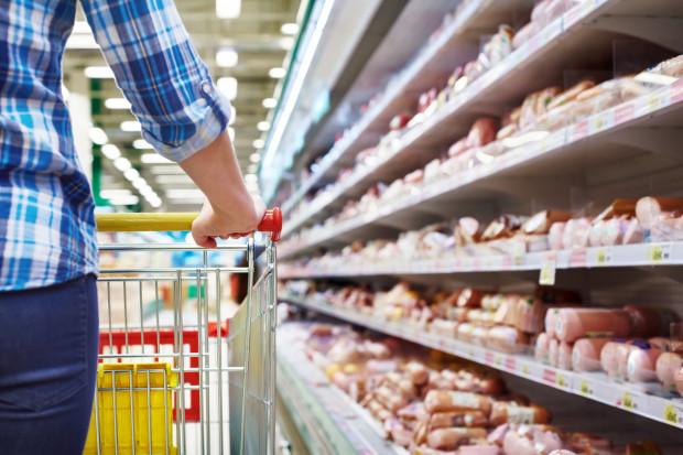Bony, dodatki, podwyżki - sieci handlowe coraz częściej nagradzają swoich pracowników.