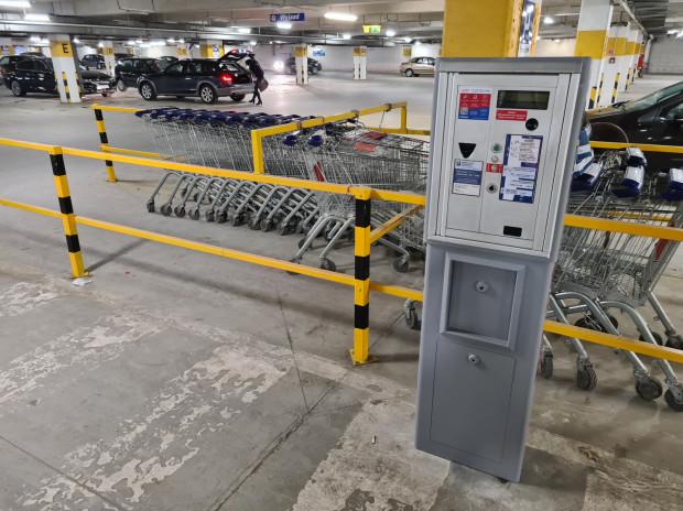 Przedstawiciele hipermarketu tłumaczą, że parkometry stanęły w odpowiedzi na zajmowanie miejsc postojowych przez osoby niebędące klientami sklepu.