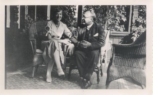 Harald i Ruth Kochowie na tarasie willi.