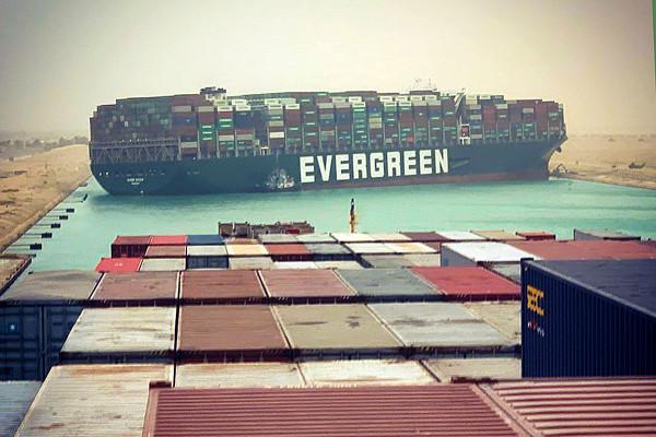 Kontenerowiec Ever Given należący do armatora Evergreen blokuje Kanał Sueski.