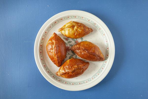 Pierożki drożdżowe z białą kiełbasą to nic innego niż popularne na Mazurach i dawnych Kresach kibiny.