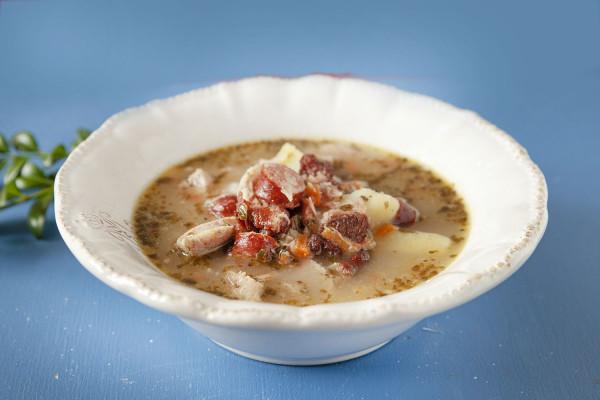 Żurek zawiesisty, pełen smaku i mięsa: białej kiełbasy, wędzonej kiełbaski, boczku, pachnący leśnymi grzybami.
