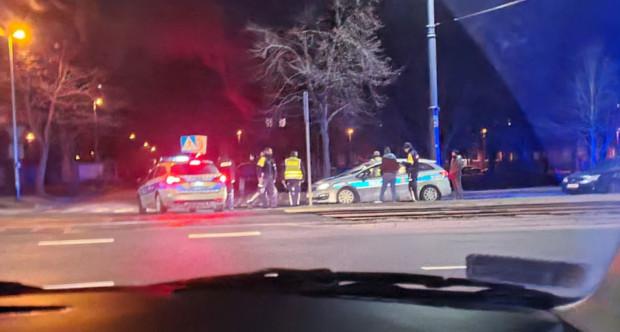 Policyjny pościg i strzały na ul. Siennickiej w Gdańsku. 14 marca kierowca forda nie zatrzymał się do kontroli drogowej na Trakcie św. Wojciecha i zaczął uciekać. W trakcie pościgu kilkukrotnie uderzył bokiem w radiowóz. Został zatrzymany - wraz z pasażerem - dopiero na Przeróbce.