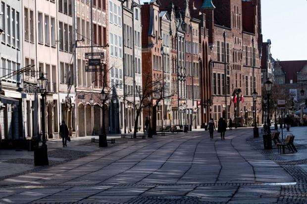 Więcej miejskiej zieleni, która nie tylko poprawia estetykę, ale też wycisza, redukuje CO2 i pełni funkcję małej retencji, potrzeba np. na Długiej i Długim Targu.