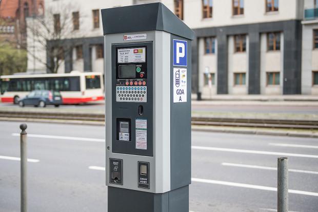 Nowa uchwała nie oznacza natychmiastowego rozszerzenia obszaru poboru opłat. Niezbędny będzie jeszcze zakup nowych parkometrów, ich montaż oraz oznakowanie miejsc.