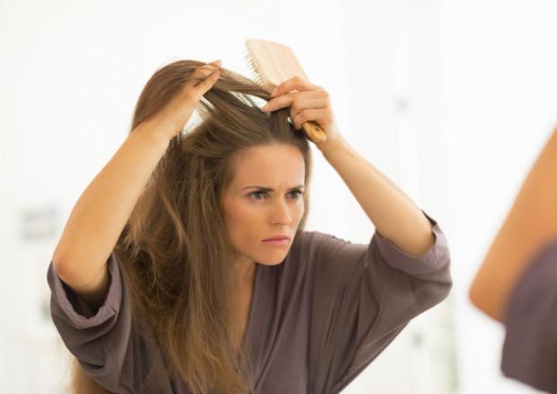 Siwienie jest procesem, który może się rozpocząć w różnym wieku, w zależności od wielu czynników. Gdy melanocyty źle pracują, zaczynają pojawiać się właśnie włosy pozbawione barwnika.
