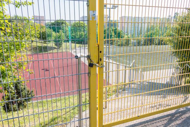Boisko przy Szkole Podstawowej nr 56, które w jednym z wariantów przeznaczone jest do likwidacji pod trasę kolejową.