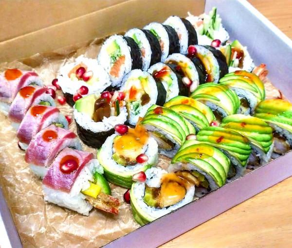 W MR Sushi zamówimy najróżniejsze rodzaje sushi, od tych klasycznych, np. z rybą w tempurze czy z grilla, aż po mniej popularne z tatarem z łososia.