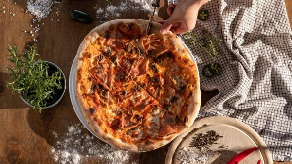 Spoko Pizza w ofercie ma klasyczne pizze, jak i oryginalne połączenia smakowe.