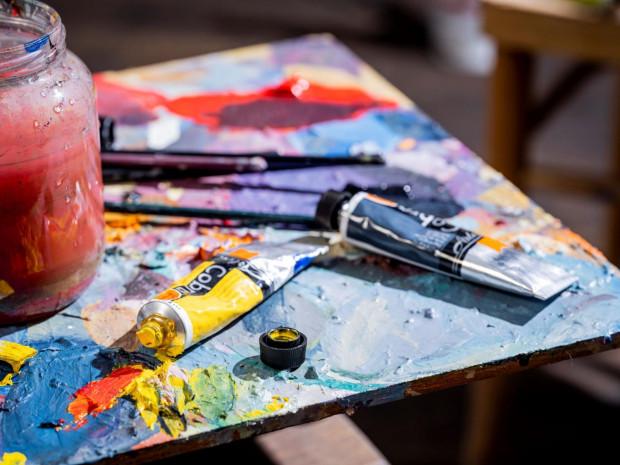 """Do pomalowania """"Chłopów"""" artyści zużyją 1300 litrów farby. Prace malarskie potrwają od 12 do 15 miesięcy. Premiera filmu w drugiej połowie 2022 roku."""
